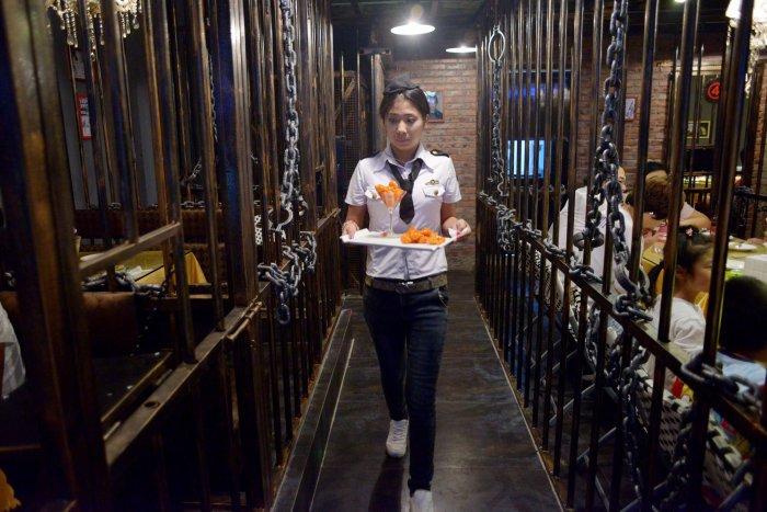 Ресторантът-затвор в Китай - сервитьорка