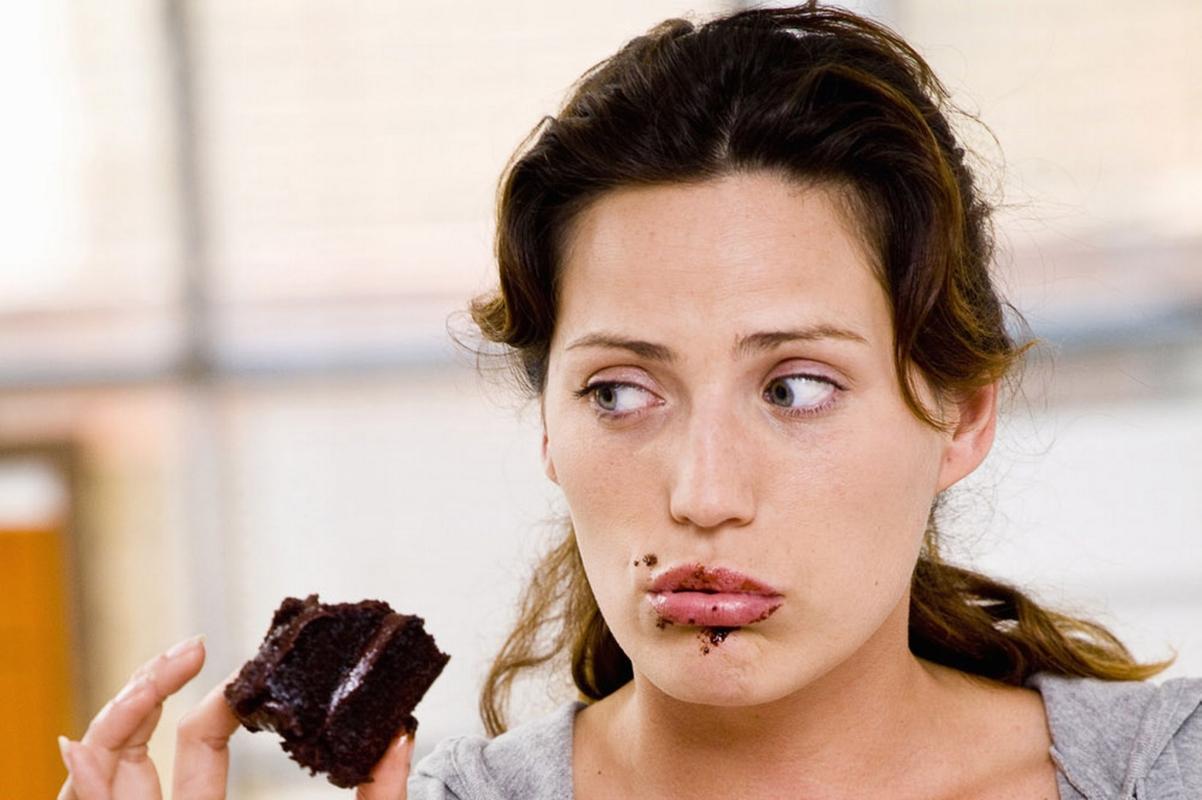 girl eating chocolate cake ile ilgili görsel sonucu