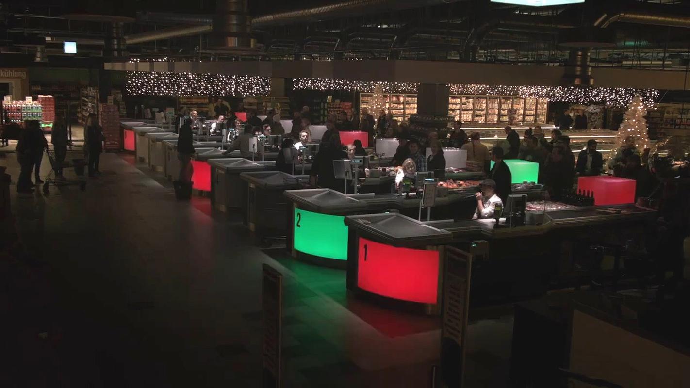 Коледният поздрав на касиерите, който трогна всички (видео)