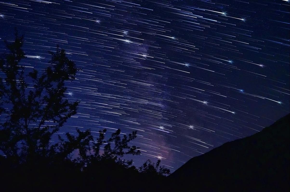 Звездопад и комета с опашка ще наблюдаваме тези нощи