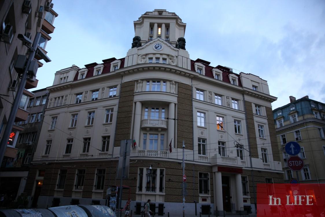 Сградата на КТБ и бюрото на Буров