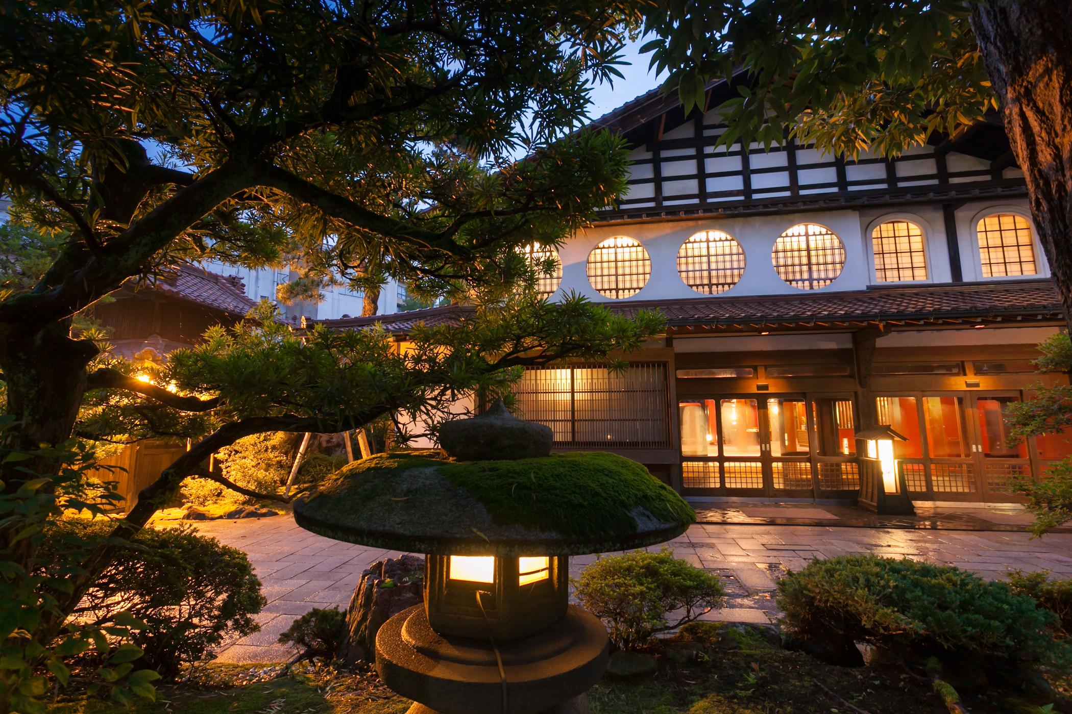 Да отседнеш в най-стария семеен хотел на света (видео)