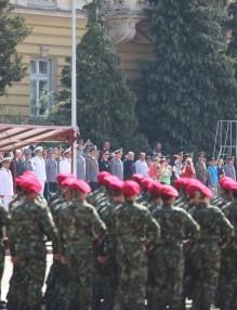 Парадът на армията скромен, но с аплодисменти