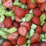 Салата от ягоди и краставици