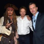 Джони Деп (или Джак Спароу, по ваш избор) в компанията на продуцента Джери Брукхаймър и президента на Walt Disney Studios Шон Бейли.