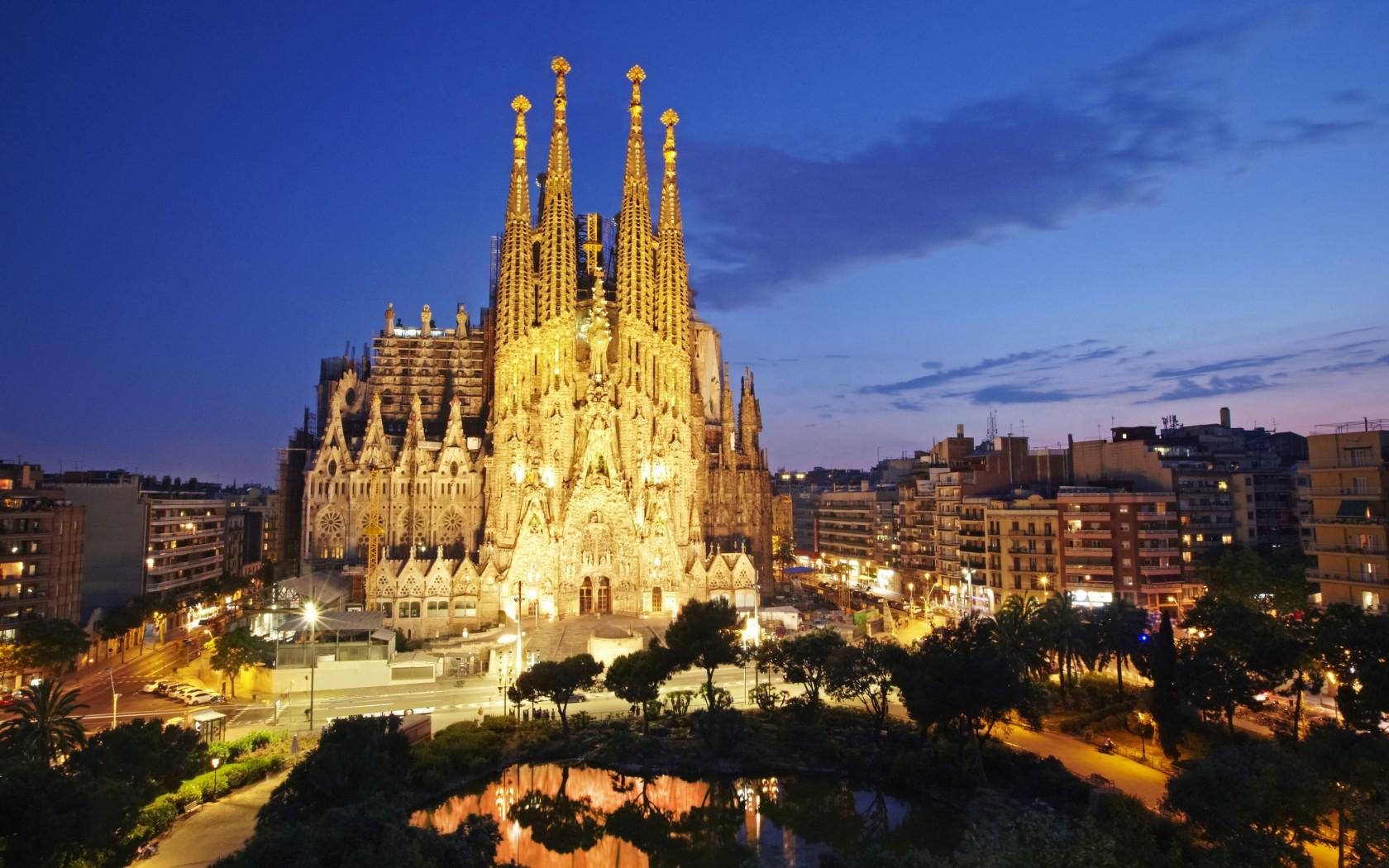 """Гледката на """"Саграда Фамилия"""" в Барселона ще бъде оценена подобаващо от лъвовете."""