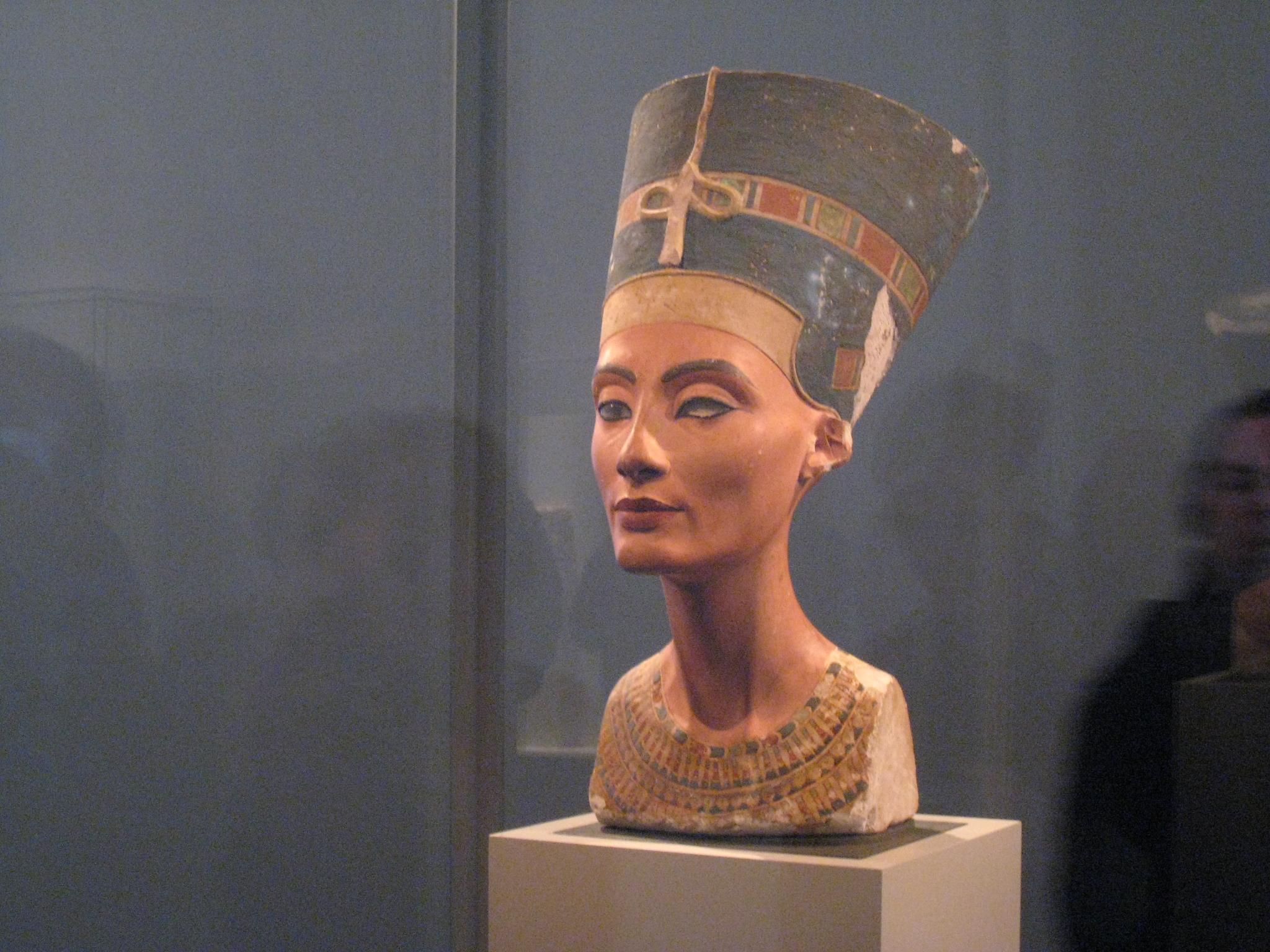 Бюстът на Нефертити в Египетския музей в Берлин.