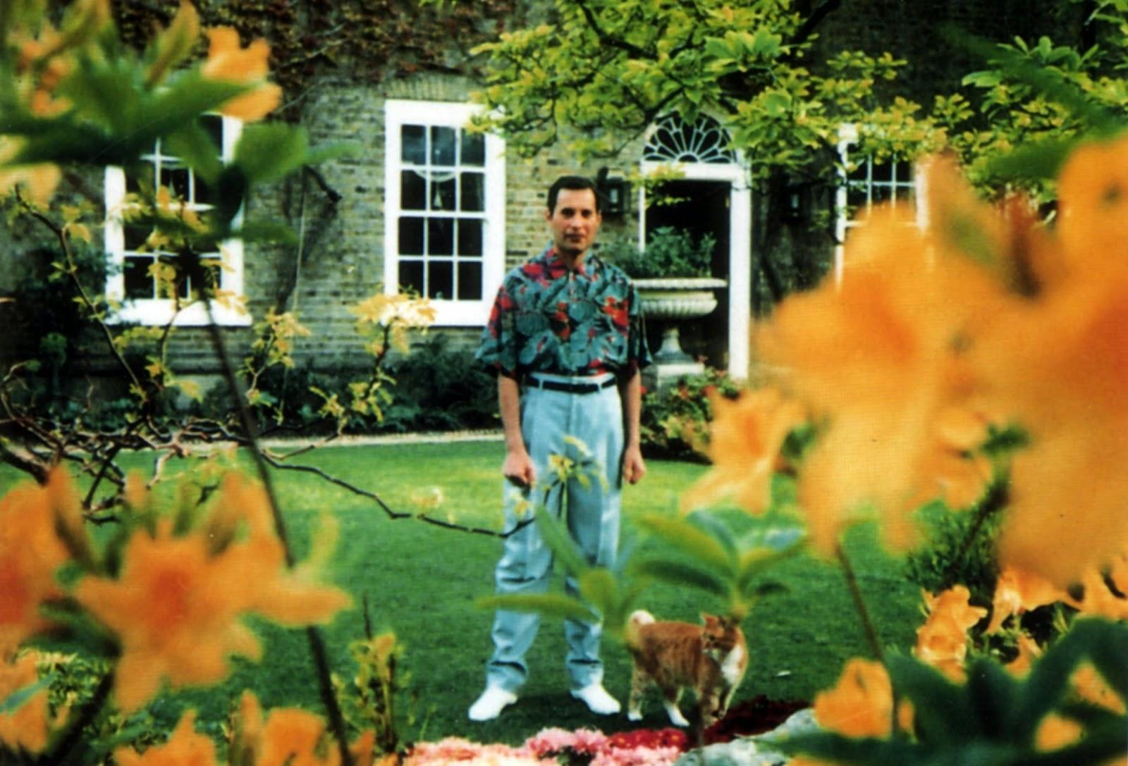 Последната снимка на Фреди - от дома му в Кенсингтън, заснета от папараци малко преди смъртта му.