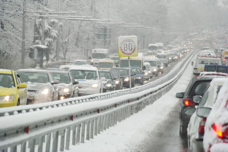 Обилен сняг затрупва страната