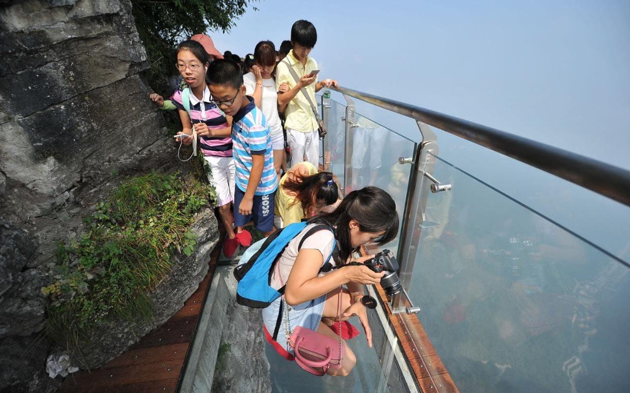 Смели туристи на разходка по Skywalk