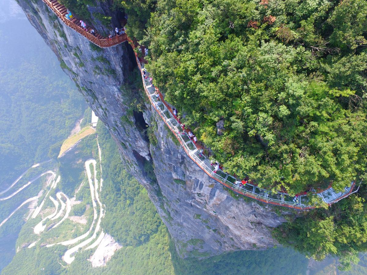 Skywalk предоставя страхотна гледка към пътя Tongtian