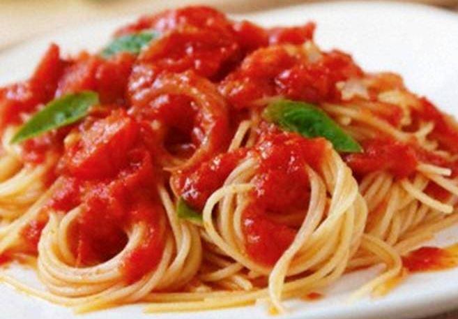 Или паста с домати. Сосът включва домати, босилек и зехтин.