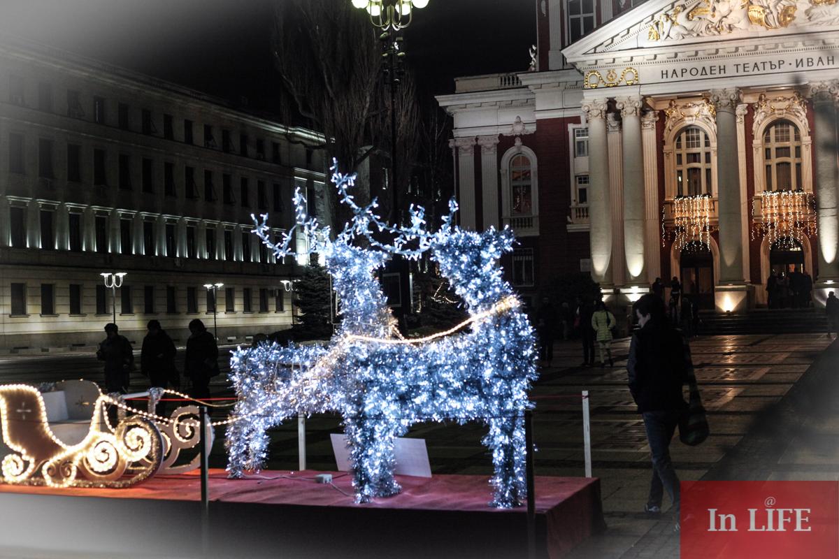 Коледните светлини на София, градинката пред Народния театър Иван Вазов