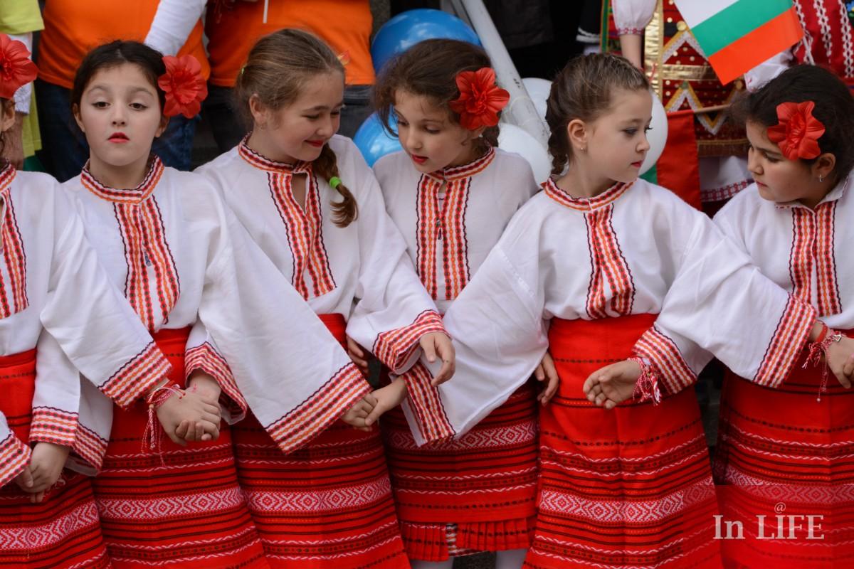 българчета пеят дей зората на 1 март