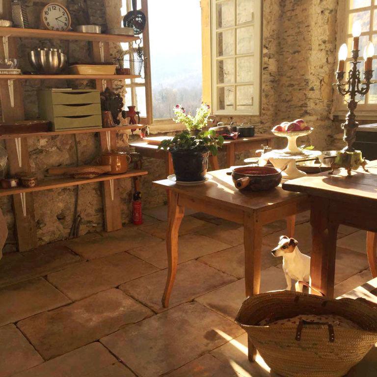 gallery-1491921928-gallery-1491334814-hbz-chateau-gudanes-kitchen