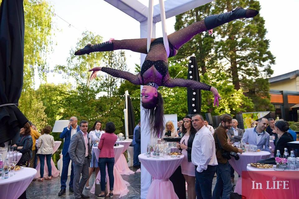 Розово парти за откриването на градината в хотел Маринела