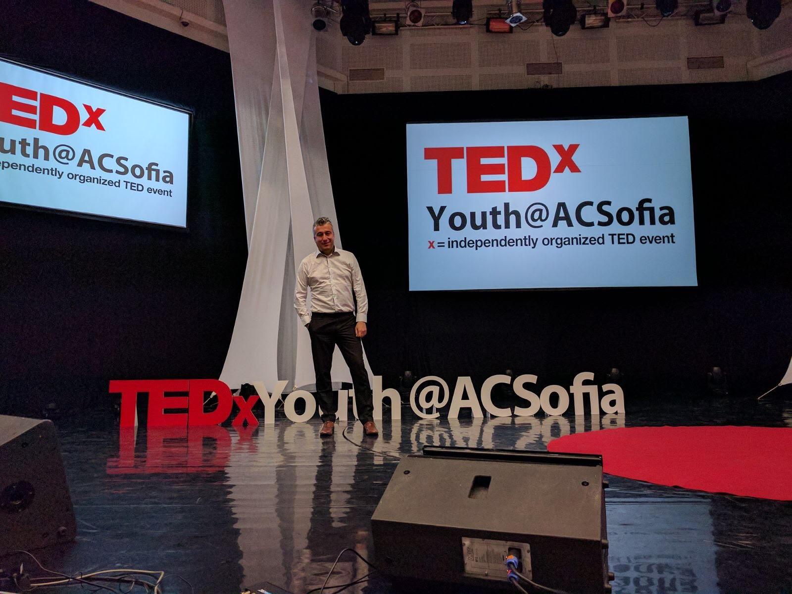 """Популярният експерт по комуникации и медии  Атанас Лазаров бе специален гост на глобалния форум  за конференции TEDxYouth@ACSofia, """"Огнени идеи"""",организиран от Американския колеж в София и 17 годишния  Мазен Мазейд."""