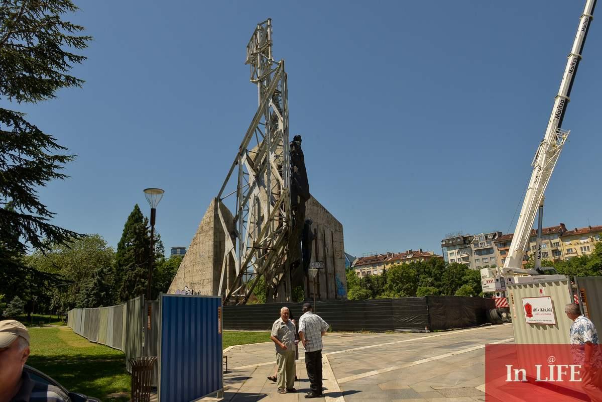 """Демонтирането на паметника """"1300 години България"""" вече е в ход/снимка: In Life"""
