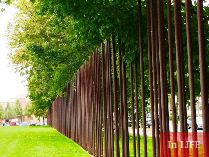 На мястото на Берлинската стена днес е монтирата метална инсталация