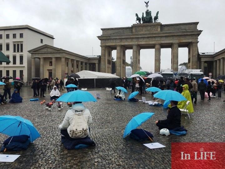 Медитация за мир пред Бранденбургската врата