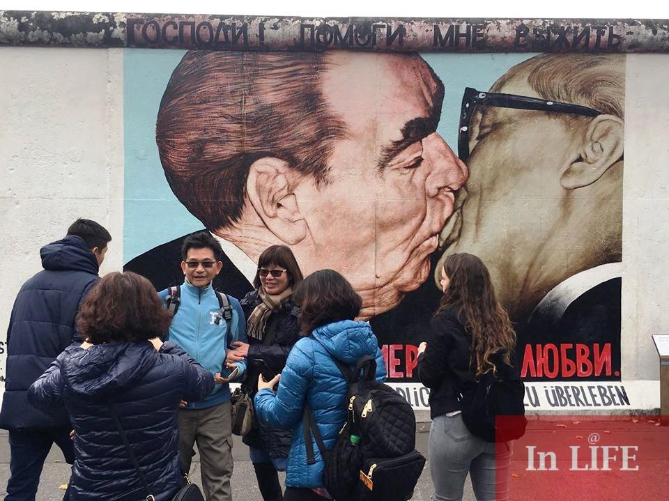 Прочутата снимка от времето на Студената война днес е графит върху Берлинската стена