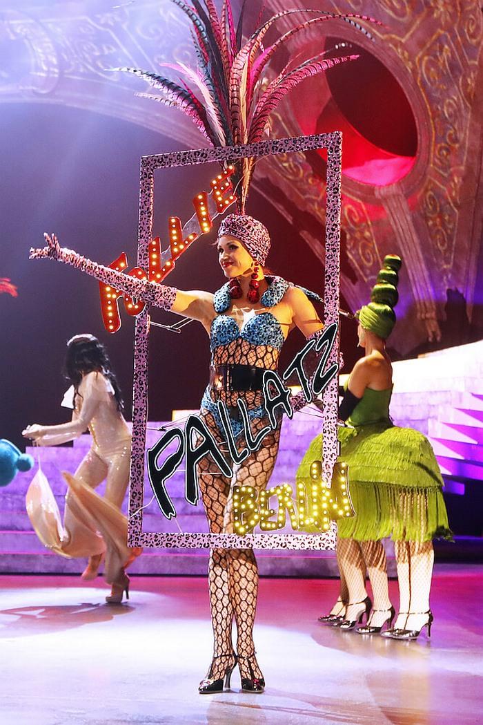 Сцена от гранд шоуто THE ONE на Фридрихщадтпалас с костюми на Жан Пол Готие