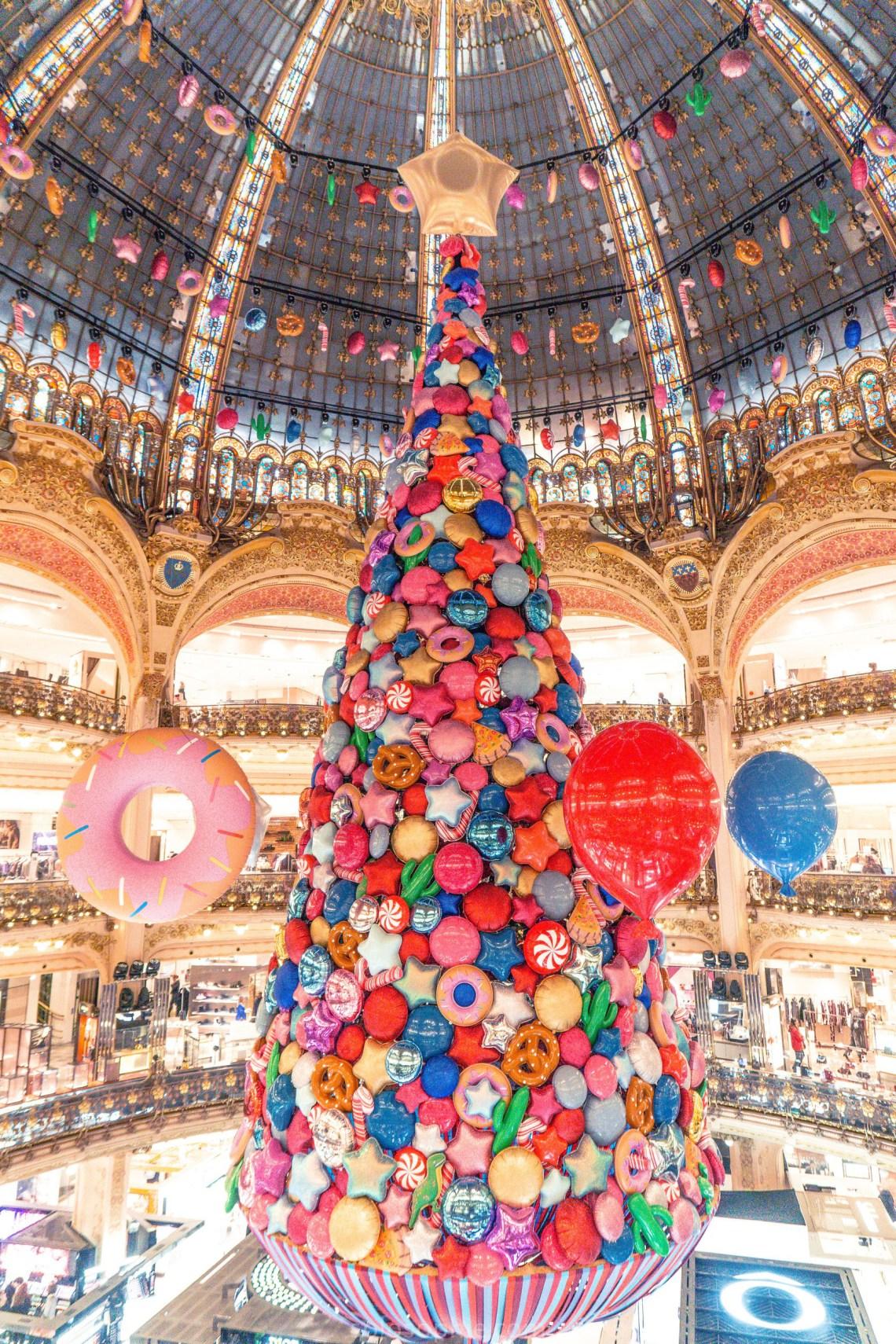 Коледното дърво на парижкия магазин Галери Лафайет