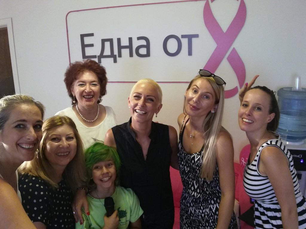 Нана Гладуиш си отряза косата на живо във Фейсбук