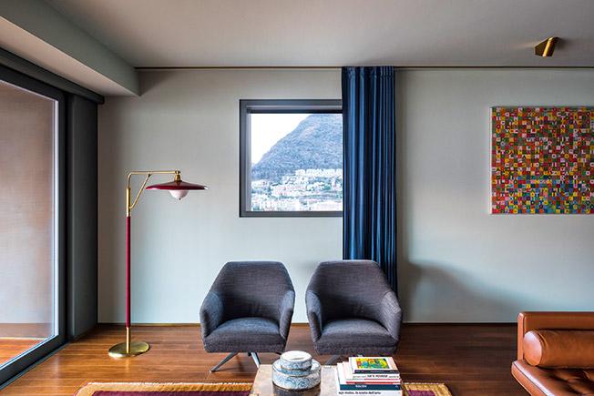 Dimorestudio: малка гостна, в която завесите са монтирани на корниз, който минава по цялата дължина на стаята