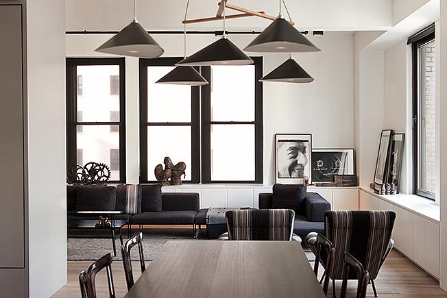 Столова в дизайн на Пол Тейс: шкафовете и черните рамки на прозорците създават усещане едновремеено за открито пространство и интимна обстановка