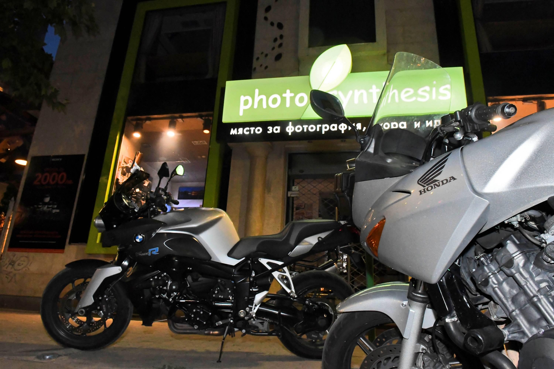 """Пред клуб """"Фотосинтезис"""" паркираха различни марки мотори"""