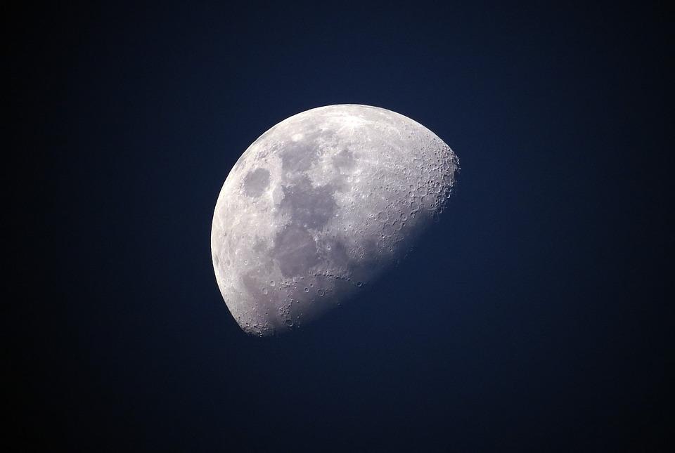 над Луната