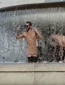 Туристи се къпаха голи в емблематичен римски фонтан