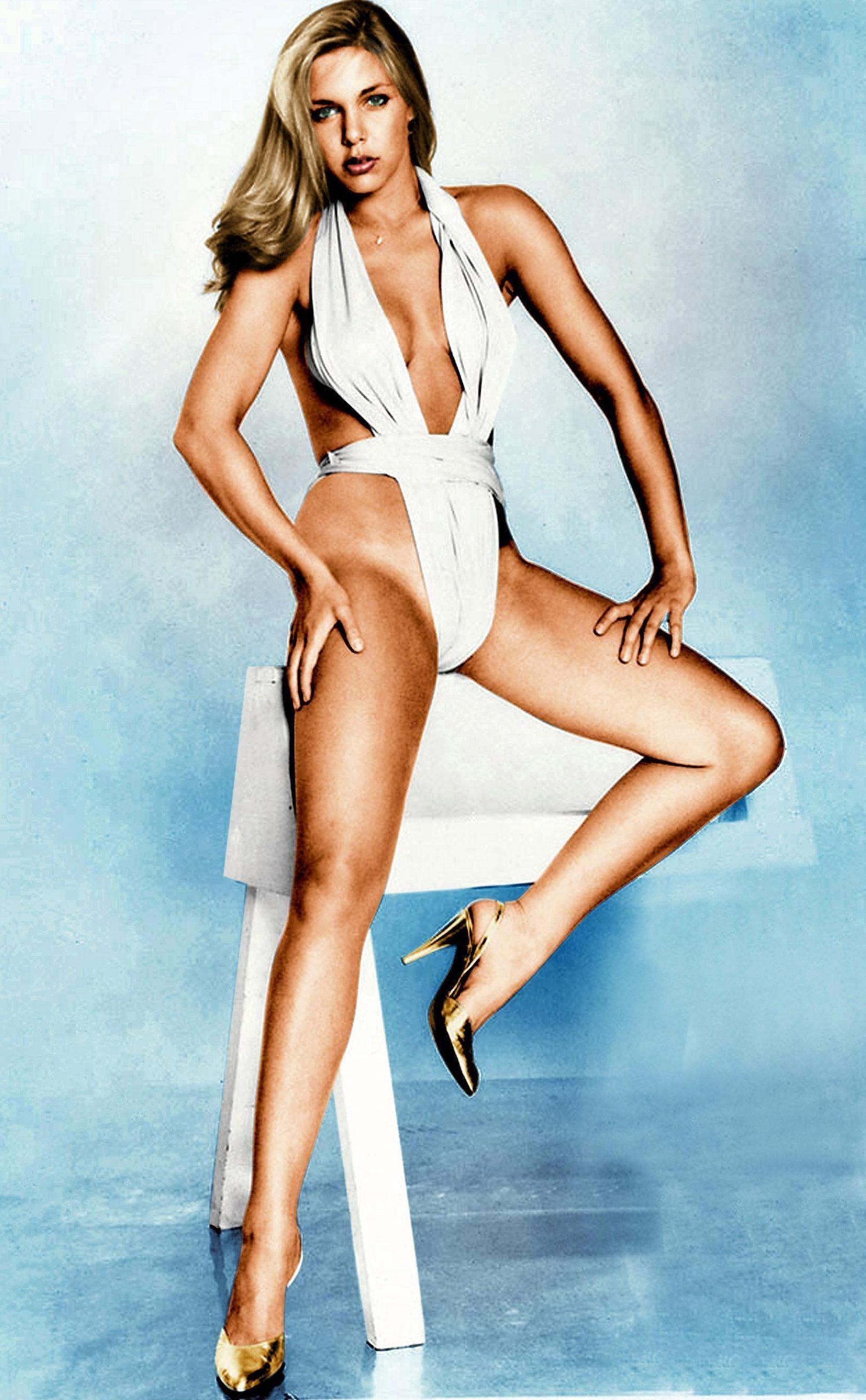 Баби позира като модел през 1977 г., когато започва и връзката й с Алън.