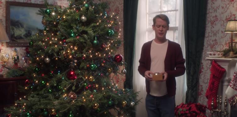 """Маколи Кълкин пресъздаде сцени от """"Сам вкъщи"""" за реклама"""