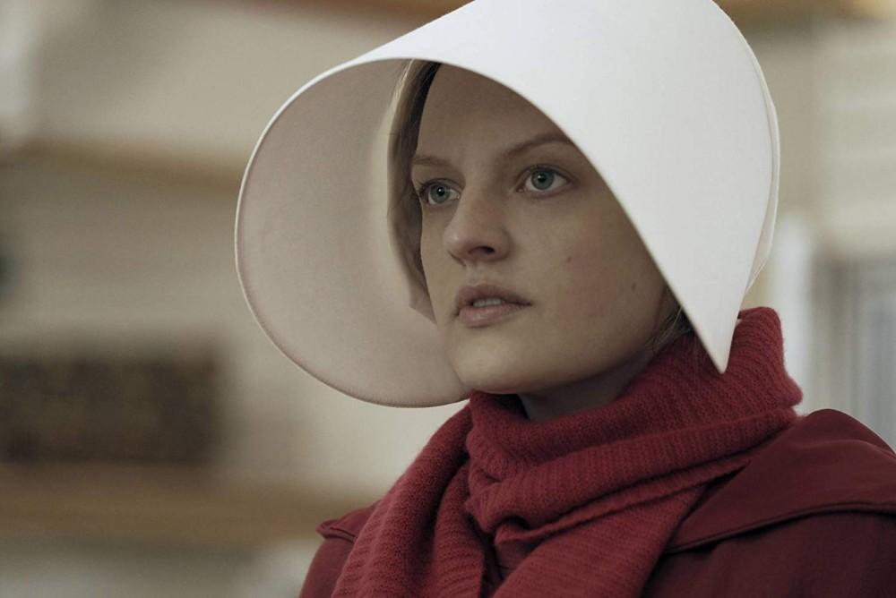"""Снимка: Кадър от сериала """"Разказът на прислужницата""""/IMDb"""