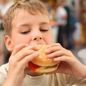 Дете яде Fast Food