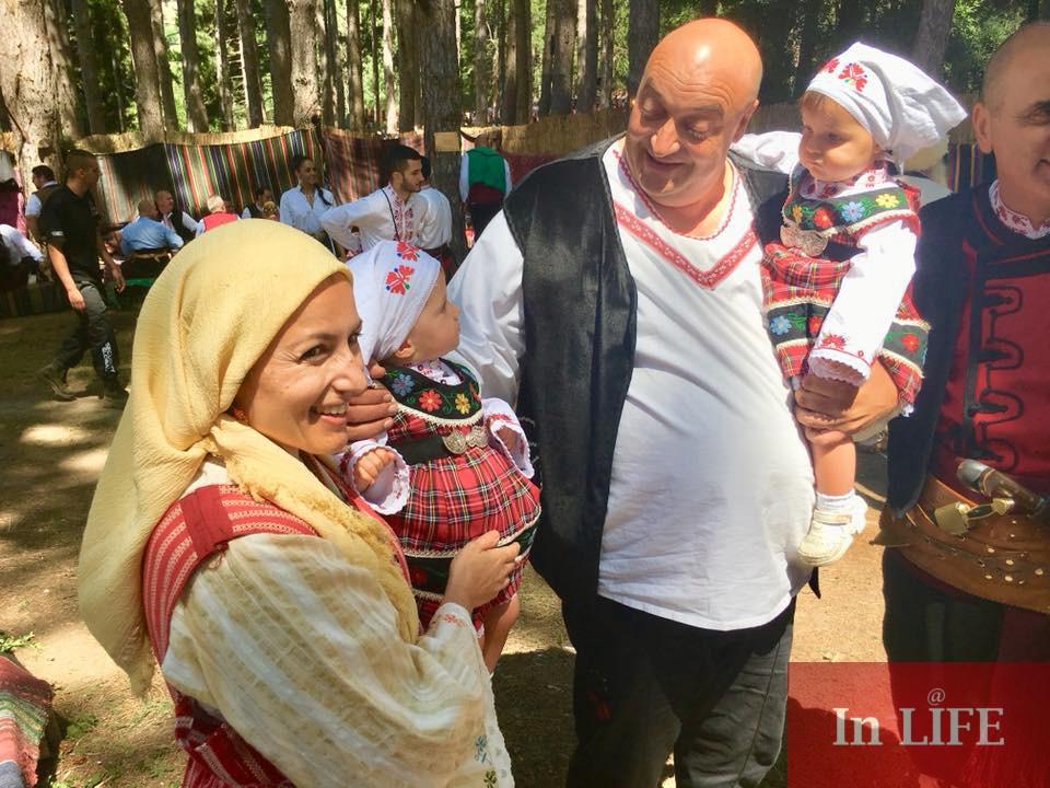 Десислава Танева със съпруга си - кмета на Котел и близнаците им на Фестивал Жеравна