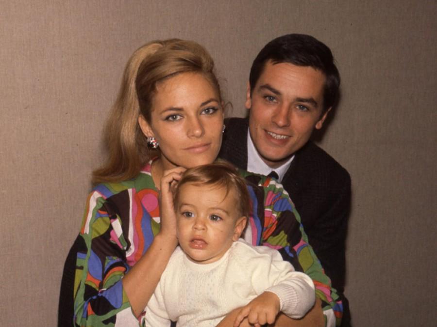 Ален Делон с половинката си Натали и сина им Антъни. Именно последният го обвинява в насилие.