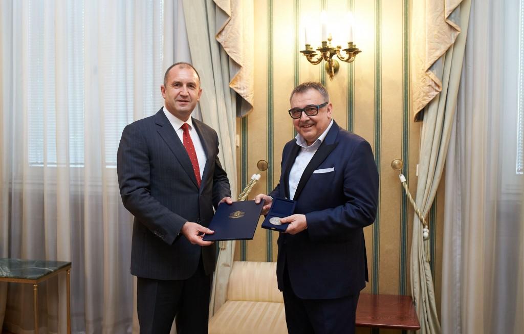 Връчвайки почетен знак на президента на модния спец Любомир Стойков.