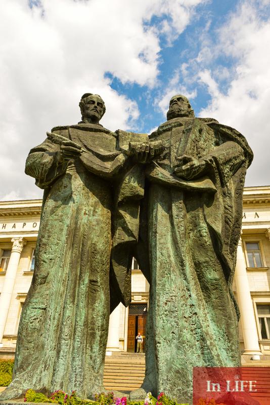 Паметникът на Кирил и Методий пред Националната Библиотека в София