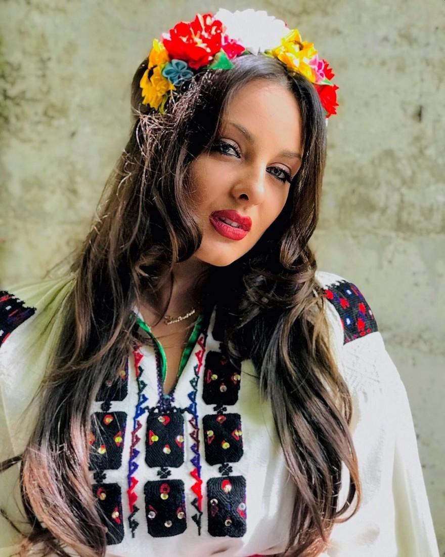 Дъщерята на Глория Симона със 100-годишна народна носия