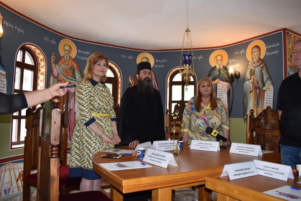 Областният управител Ирена Соколова, архимандрит Никанор и Славка Бозукова дават старт на колоквиума