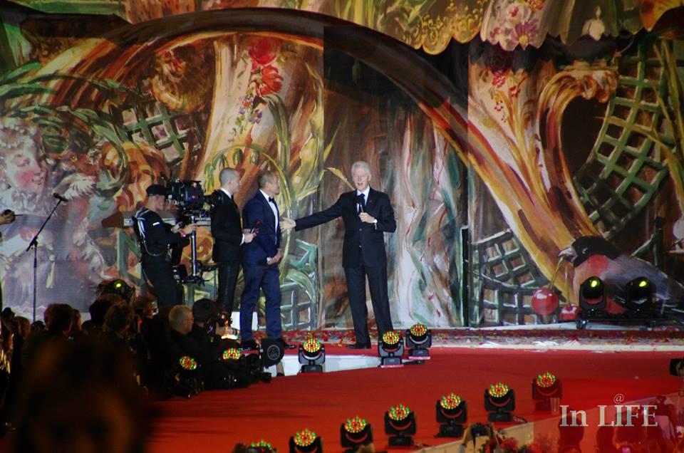 Бил Клинтън и Гери Кестнер от сцената на Балът на живота във Виена - най-голямото световно събитие в борбата срещу СПИН
