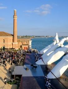 building-bridges-hand-sculpture-installation-lorenzo-quinn-the-arsenale-venice-5d0779de50f52__880