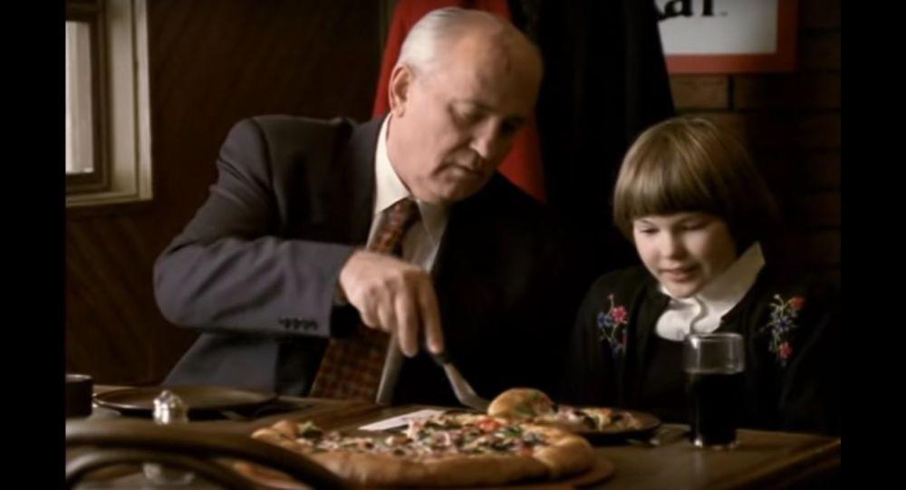 Михаил Горбачов в реклама на Пица Хът