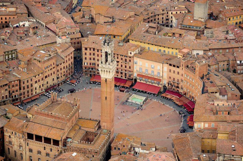 Italia_Toscana_Siena_Piazza-del-Campo-dallalto-794x528