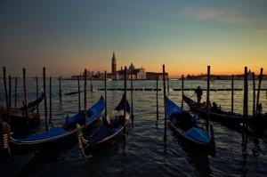 venice_gondolas_boats_water_sunset_dusk_italy_sky-860731-880x586