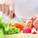 ръце-готвене-зеленчуци-салата