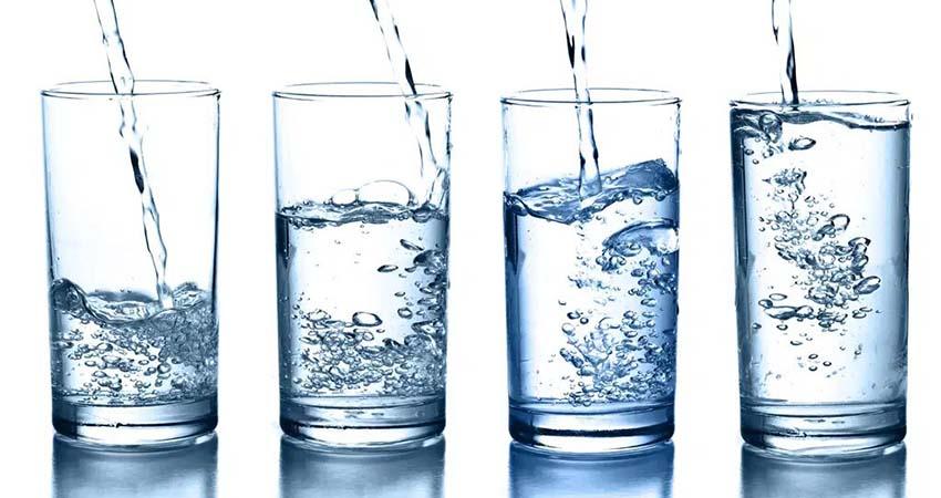 svoystva-mineralnoy-vody-kak-i-kogda-ee-pit-850x450